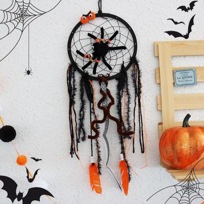 Découvrez comment réaliser cet attrape-rêve d'Halloween qui sera une déco parfaite pour décorer votre maison pour Halloween. Cet attrape-rêve de sorcière éloignera les mauvais monstres grâce à son araignée magique.