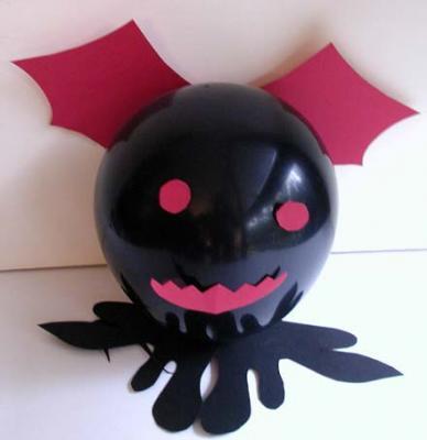 """Bricolage pour fabriquer des chauve-souris géantes avec des ballons et du papier. Le bricolage est facile à réaliser pour un effet """"monstrueux"""" pour la décoration et le buffet d'Halloween."""