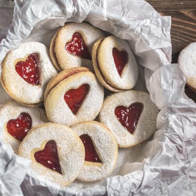 Voici la recette du biscuit de la Saint Valentin à la confiture de Tête à modeler. Un recette simple que vos enfants vont adorer !