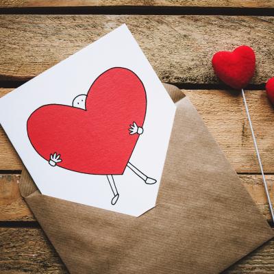 Trouvez un texte de Saint valentin pour envoyer vos mots d'amour le 14 février. La carte de Saint Valentin est un incontournable pour souhaiter bonne Saint Valentin. Grace a ces idees de textes gratuits, vous pourrez trouver de nombreuses manieres de dire