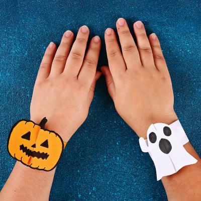 Voici un tuto pour vous permettre de fabriquer facilement des bracelets en papier pour Halloween.