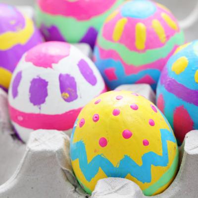 Des idées de bricolages autour des oeufs de Pâques. Des idées pour décorer des oeufs de Pâques pour la décoration et pour les offrir. Des idées de bricolages pour réaliser des jouets, des objets pratiques et des objets de décoration sur le thème