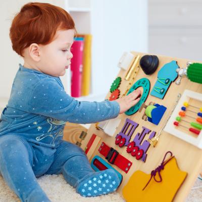 Le Busy Board est un tableau de dextérité réalisé à partir d'une planche en bois qui va permettre d'éveiller les sens de bébé et de travailler sa motricité.