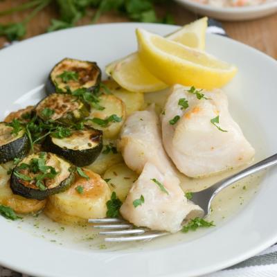 La recette du cabillaud aux courgettes est un plat de poisson complet. Pour une recette plus rapide, il suffit d'utiliser des légumes surgelés.