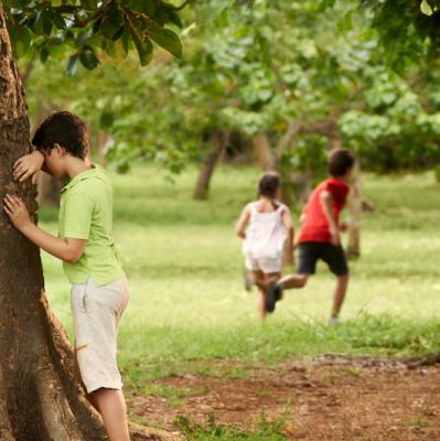 Cache-cache fait parti des jeux les plus populaires. Tous les enfants y jouent, on peut y jouer partout ! Dans la maison, dans le jardin, dans un parc... Pas besoin de matériel ! Avec les amis, la famille, tout le monde y joue !