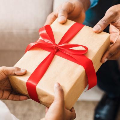 cadeau - mot du glossaire Tête à modeler. Le cadeau est quelque chose que l'on offre à quelqu'un. Définition et activités associées au mot cadeau.