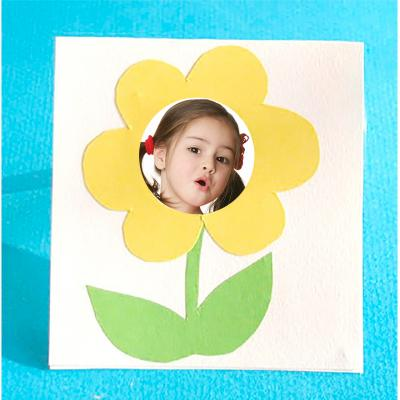 Cadre photo à la fleur jaune pour mettre la photo de l'enfant