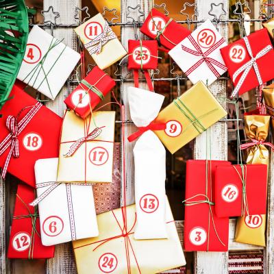Calendrier de l'Avent avec des cadeaux à réaliser facilement pour aider les enfants à patienter avant l'arrivée du Père Noël.
