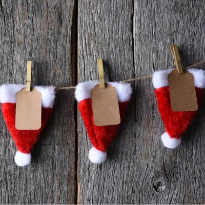 Voici un calendrier de l'avent en chapeau de Père Noël à fabriquer avec vos petits loups. Une idée originale, toute simple pour un calendrier de l'avent rapide et original.