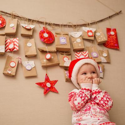 Le calendrier de l'Avent est né en Allemagne. Pour faire patienter les enfants en attendant Noël les Allemands ont inventé un calendrier qui est composé d'un ensemble de 24 fenêtres.