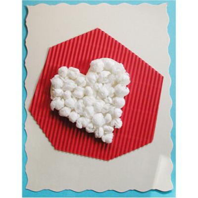 Carte coeur réalisé avec des boullettes de papier roulées sous la main. facile à réaliser par les enfants. Réaliser une carte originale pour témoigner de son amour ou de son amit