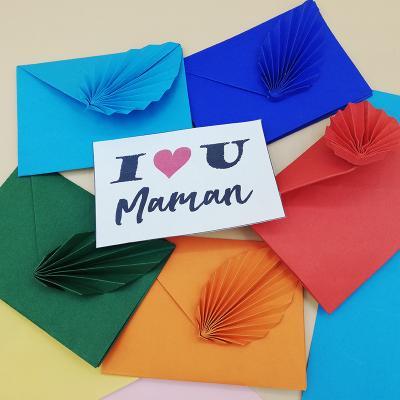 Comment fabriquer une carte DIY en origami pour la Fête des mères ? Découvrez toutes les étapes grâce à ce pas à pas détaillé qui vous permettra de créer une très jolie carte à offrir à Maman.