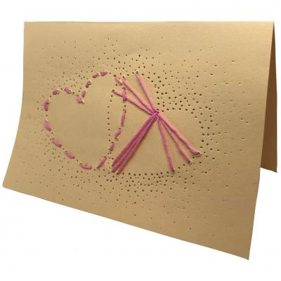 Cette jolie carte de saint valentin piquée avec des coeurs sera parfaite pour etre offerte avec beaucoup d'amour. Il suffira d'ajouter un joli mot à l'intérieur avant de l'offrir à son amoureux ou son amoureuse. copie