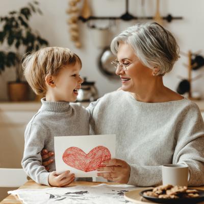 Voici des idées pour fabriquer une carte de fête des grands-mères avec les enfants. Toutes les grands-mères seront ravies de recevoir une jolie carte faite avec amour. Cela permet de montrer que l'on pense à elle et qu'o tient à elle. Ces cartes son