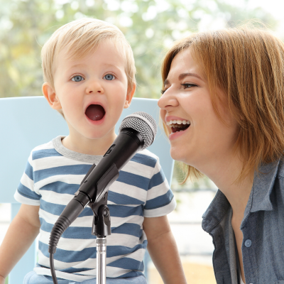 chanson maman : vous cherchez une jolie chanson pour maman à lui fredonner le jour de sa fête ou de son anniversaire ? Retrouvez nos idées de chansons et de comptines pour les enfants.