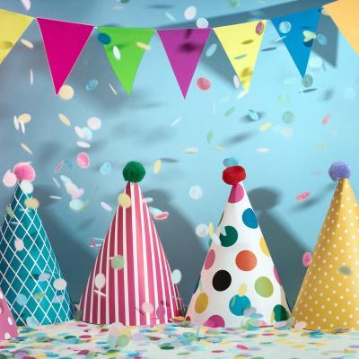 Chapeau d'anniversaire ou pour les fêtes d'enfants réalisé avec des motifs découpés. Les chapeaux peut être décoré des héros de votre enfant.