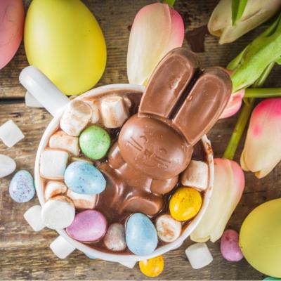 Le chocolat chaud de Pâques est une bonne idée de recette pour recycler tout le chocolat non mangé à Pâques.