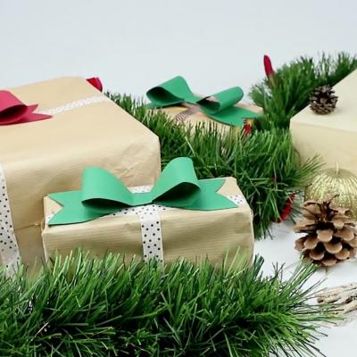 tuto pour apprendre avec les enfants à réaliser un noeud de cadeau de Noël