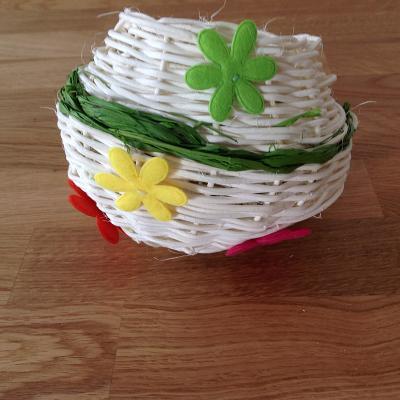 Une activité manuelle à faire avec les enfants pour réaliser un panier en osier en rotin. Ce panier sera idéal pour la chasse aux œufs de paques ou en décoration pour votre table ou la maison. Un bricolage pour apprendre à tresser un joli panier en osier