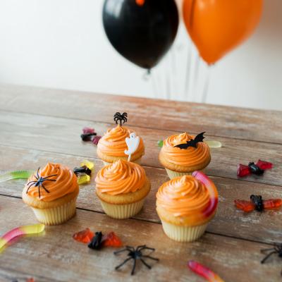 La fête d'Halloween est très populaire aux Etats-Unis avec des maisons décorées intégralement et des costumes très sophistiqués. En France, l'événement est de plus en plus populaire : décoration de la maison, cuisine, maquillage, déguisement. On vous dit
