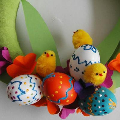 Fabrique une couronne joile couronne de Pâques décorée d'oeufs de Paques que tu auras décorés toi-même ou que tu auras acheté. Place cette couronne de Pâques sur ta porte