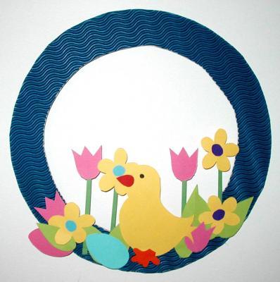 Fabrique une couronne de printemps. Une idée pour fabriquer une jolie couronne pour acceuilir le printemps. Cette couronne printanière est en carton et papier cartonné, elle peut être uilisée comme cou
