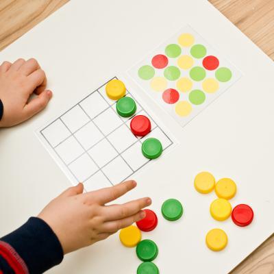 Activité sensorielle enfant Montessori pour libérer les animaux de la glace. Une activités pour les grands et les plus petits qui les amusera beaucoup. copie copie