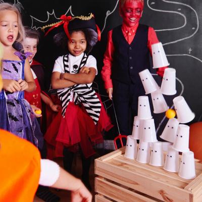Le chamboule Halloween est aussi appelé le jeu de massacre ! Nous vous proposons une versions très facile à faire et à mettre en place. De quoi amuser et occuper vos petits monstres pendant votre goûter d'Halloween