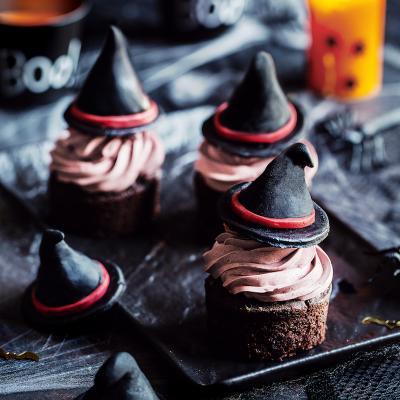 Voici la recette de cupcakes d'Halloween avec des petits chapeaux de sorcière. Cette recette de cupcakes et drôle à réaliser avec les enfants pour fêter Halloween.