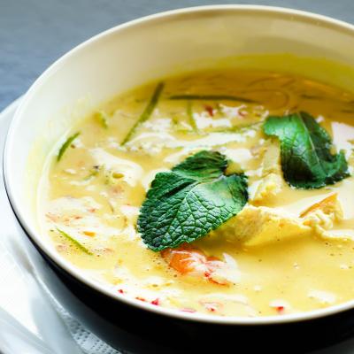 Recette du poulet au curry et au lait de coco. Une recette pour cuisiner le poulet à la manière Thaïlandaise. Une recette pour partir à la découverte de la Thaïlande.