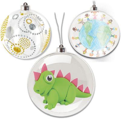 Boules de Noël en plastique transparent à décorer de 3 façons différentes : les boules peuvent être garnies avec un cadeau ou des friandises, elles peuvent être décorées directement sur le plastique et enfin elles peuvent être décorée avec un