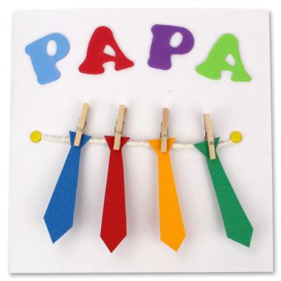 Voici un tuto pour apprendre à réaliser une très jolie carte de fête des pères avec des cravates suspendues ! Une bonne idée de carte à offrir à papa pour sa fête des pères très facile à réaliser avec les enfants. Retrouvez des tas de modèles de cartes à