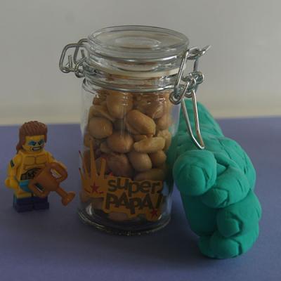 Une idée d'activité enfants pour bricoler un décapsuleur hulk pour fête des pères