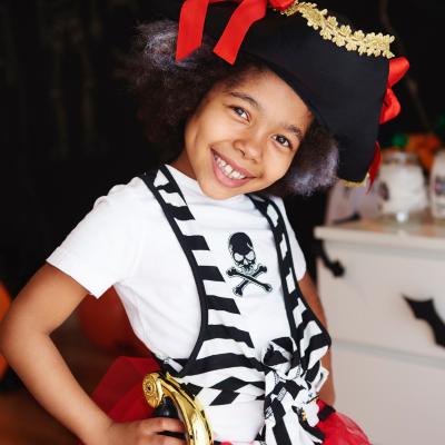 Vous cherchez un déguisement pirate ? Découvrez sans plus attendre 12 costumes absolument parfait pour garçons filles et même bébés.