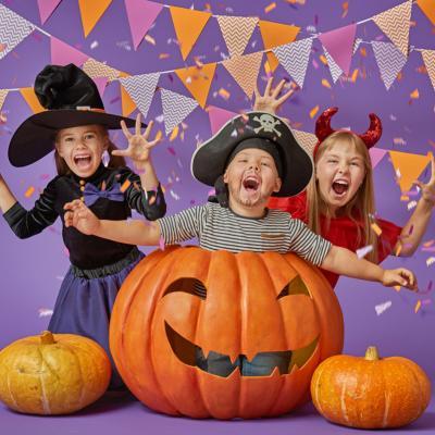Sortez donc votre masque d'halloween, vos fausses dents, votre faux nez préféré et foncez dans notre dossier spécial « costume halloween » pour dégoter l'idée de déguisement halloween qui plaira à votre enfant ! Zombie, momie, vampire, sorcière et démons