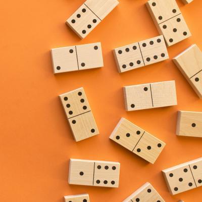 domino - mot du glossaire Tête à modeler. Définition et activités associées au mot domino.