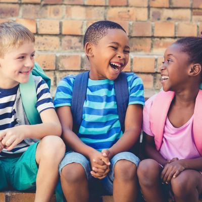 Tous les enfants ont le droit à l'expression. La Convention leur reconnaît le droit de penser et de communiquer. La première reconnaissance du droit à l'expression des enfants se trouve dans la Convention interna