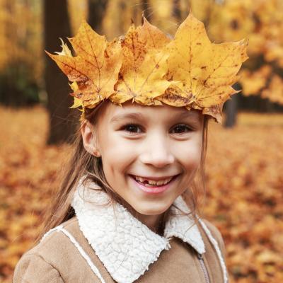 fabriquer une couronne de feuilles d'automne. Que faire avec des feuilles d'automne ? Une couronne de princesse ou de prince de l'automne. Un bricolage rapide et très apprécié des enfants.