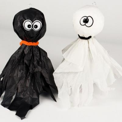 Le soir d'Halloween, tous les fantômes sont de sortie ! retrouvez vite des bricolages faciles à faire autour des fantômes. Les fantômes d'Halloween viendront décorer la maison le jour d'Halloween.