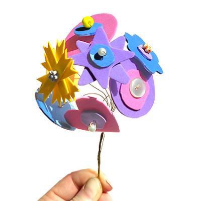 Bricolage de fleurs en plastique à fabriquer en recyclant les emballages alimentaires et ménager. Les fleurs sont à faire avec les enfants qui pourront ainsi les offrir à leur maman le jour de la fête des mères. Ces bricolages de fleurs sont à réaliser en