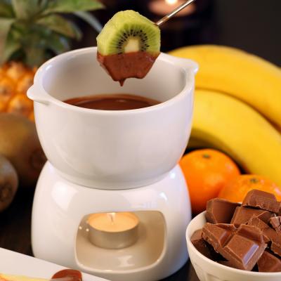 Voici comment préparer une bonne fondue au chocolat aimée par tous les gourmands. Cette fondue peut se faire avec des fruits de saison ou alors, pour les plus gourmands, avec des guimauves. Cette recette est très rapide à réaliser et sera très appréciée p