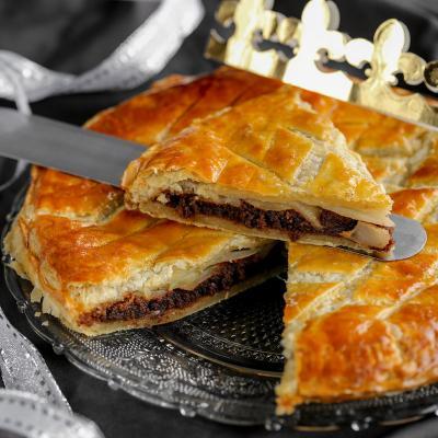 Voici la recette de la Galette des rois poire chocolat : Une recette gourmande pour fêter l'Epiphanie ! Profitez d'un moment familial en préparant une galette des rois au chocolat et à la poire, vous pourrez la déguster en famille en essayant de deviner q