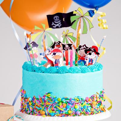 Pirates et autres éléments de décoration à imprimer pour décorer un gâteau d'anniversaire sur le thème des pirates des Caraïbes et de la piraterie.