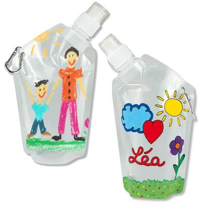 Une gourde c'est toujours pratique pour l'hydratation l'enfant en plein air, pour les sorties et pour les jeux d'extérieur. Voici une idée de gourde à personnaliser avec ses propres créations ! Cette gourde est entièrement à personnaliser avec des marqueu