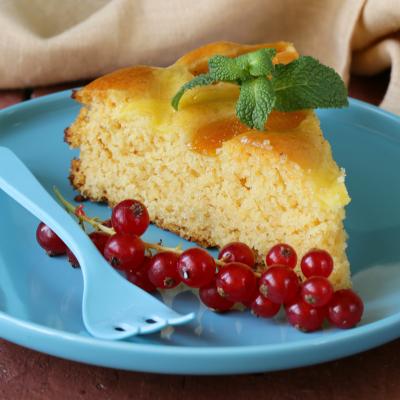 Recette du gâteau au yaourt auquel on ajoute du jus d'orange pour le parfumer. Le gâteau au yaourt permet de grandes variations qui raviront les enfants.
