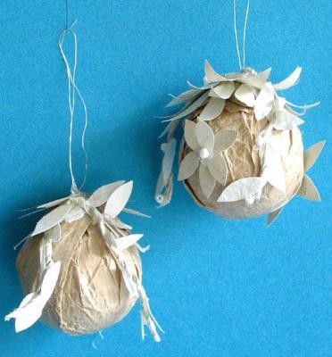 boule de Noël en papier et décorées de feuilles