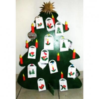 Un gros sapin découpé dans du carton et posé sur un socle sert de base pour les petits sachets contenant les surprises du calendrier de Noël. Le modèle des sachets et des bougies sont à imprimer, à découper et à coller. Les enfants s'amuseront à