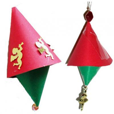 Décorations de Noël en forme de cloche à fabriquer pour décorer le sapin de Noël. Les cloches rouges et vertes sont en papier. Une idée de décoration de Noël en papier