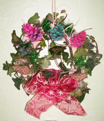 Réaliser une couronne de Noel  décore de pommes de pin et noeud