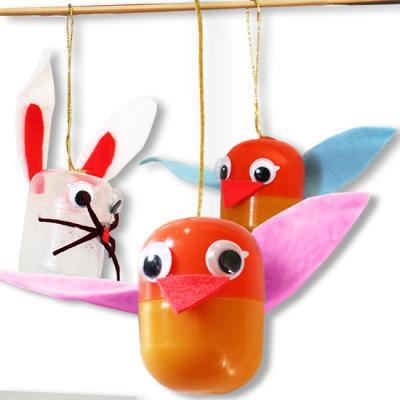 Lapins et poussins de Pâques suspendus